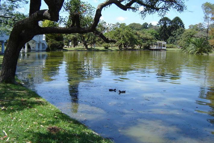 """Parque Tres de Febrero"". Licenciado sob CC BY-SA 2.5 via Wikimedia Commons."